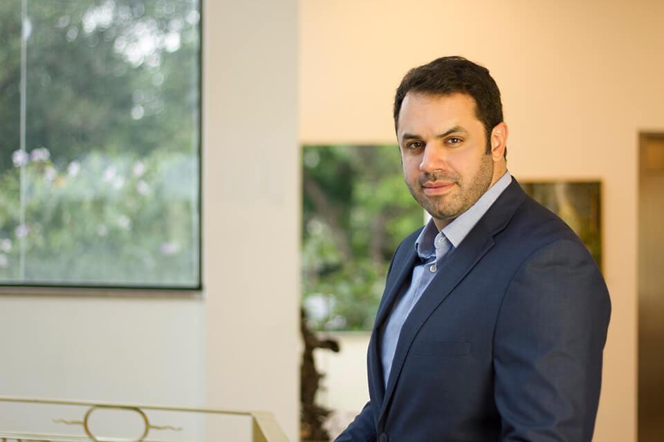 Dr. Derek Camargo posando para foto na matéria da revista Caras